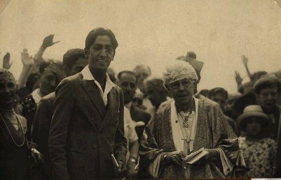 Krishnamurti con Anne Besant nel 1926, due anni prima che l'Ordine venisse sciolto.