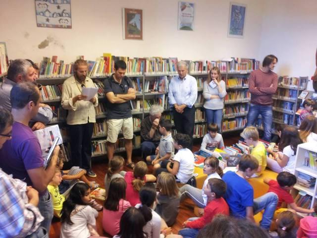 Alla Biblioteca di Fiesole mentre leggo ai bambini  una mia poesia in cui li invito a non andare a scuola. I genitori contentissimi.