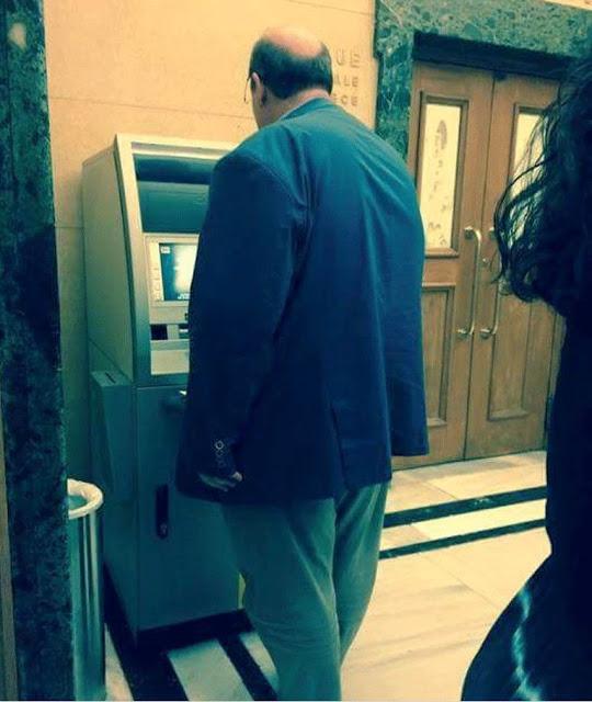 Nikos Fillis, capogruppo e speaker di Syriza alla Camera é stato beccato in fila con gli altri cittadini greci a prelevare al Bancomat.